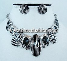 Costume jewellery - Necklace and earrings set