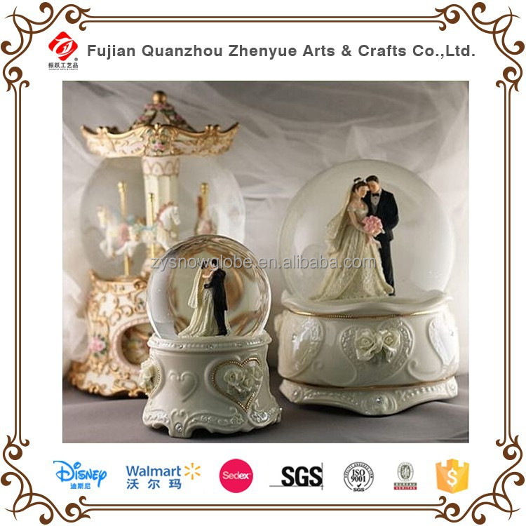 2015 beautiful resin wedding snow globe