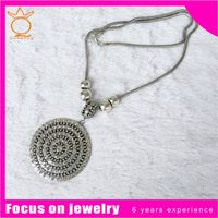 Yiwu zinc alloy fashion necklace with round charm crystal tag