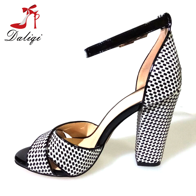 2018 summer latest simple lady adjustable ankle strap peep toe thick heel sandal white and black wave point women shoes