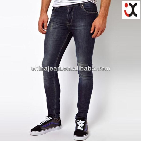 в сильно обтягивающих джинсах фото