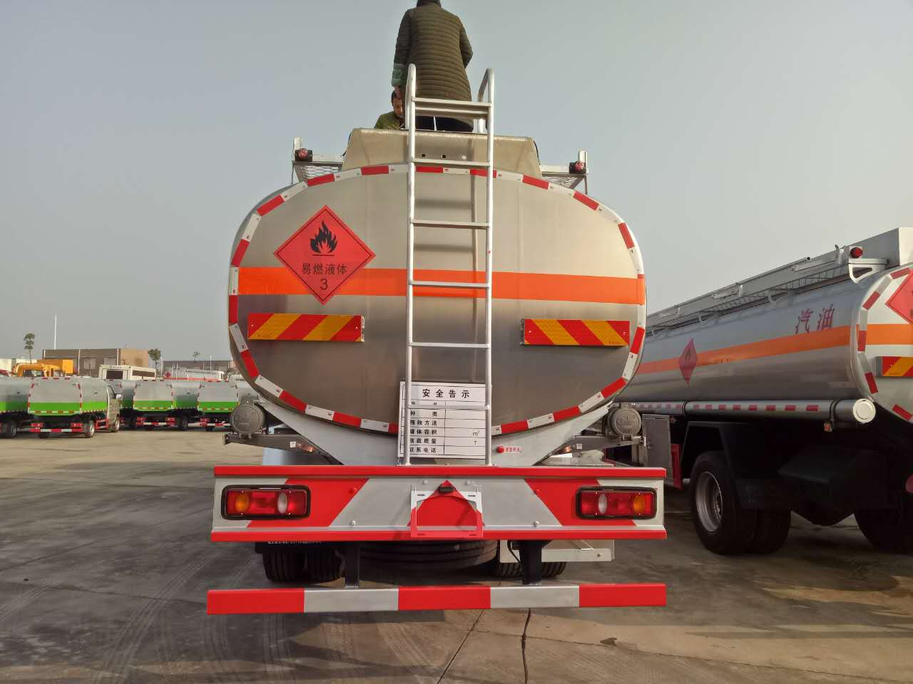 3 Axle China manufacture fueling truck Oil Tanker Truck For Sale