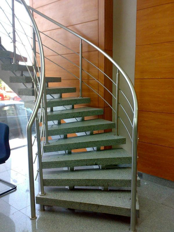 De interior al aire libre en espiral escaleras con - Escaleras al aire ...
