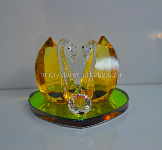 CRYSTAL Glass Kissing swans with rainbow base MH-D0385