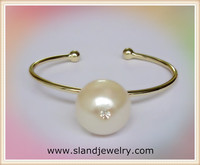Shiny gold finish glass pearl design bangle bracelet