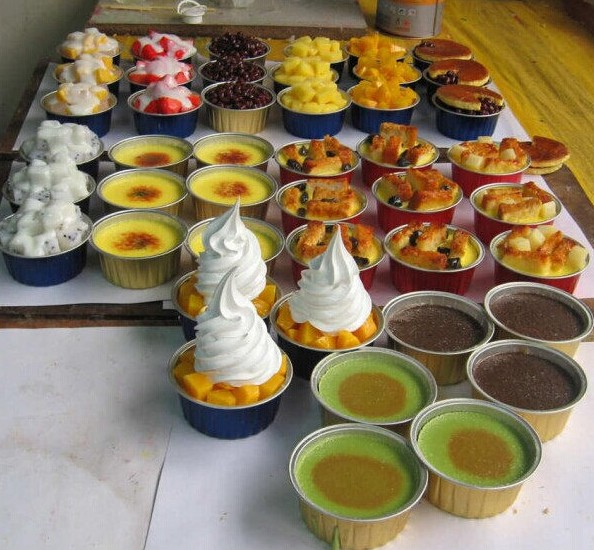 disposalbe colorful aluminum baking muffin cups in different shapes with plastic lid