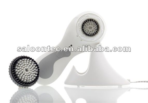 Battery operated facial cleaning brush