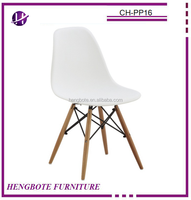 Differents colors chairs Plastic chair PP seat back wood legs factory