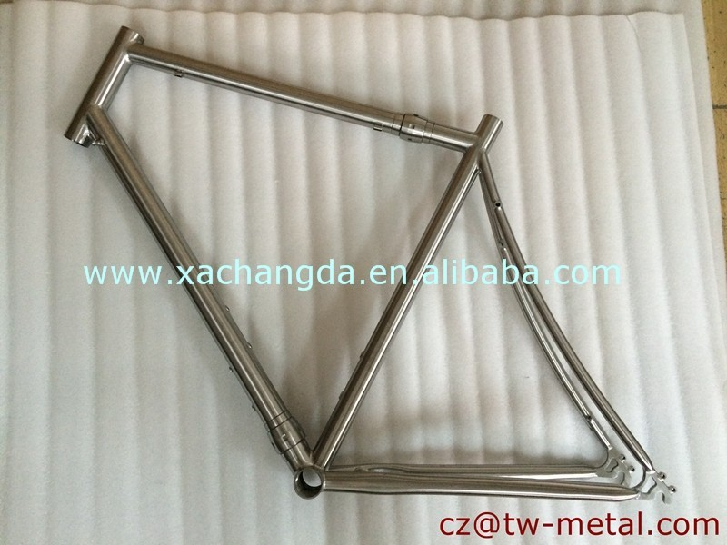 Customized titanium coupler road frame with the coupler install