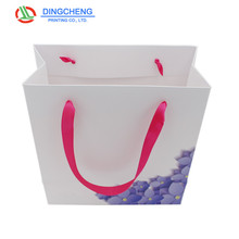 Manufacturers customized medium shopping Coated paper packaging bags with handle