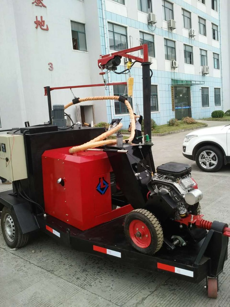 Road sealing machine filling bitumen road slot