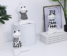 2019 NEW ITEM EUROPEAN STYLE FASHION DESIGN BLACK WHITE SITTING YOGA ANIMAL FROG <strong>TABLE</strong> TOPPER HOUSE DECORATIVE STATUE FIGURINES