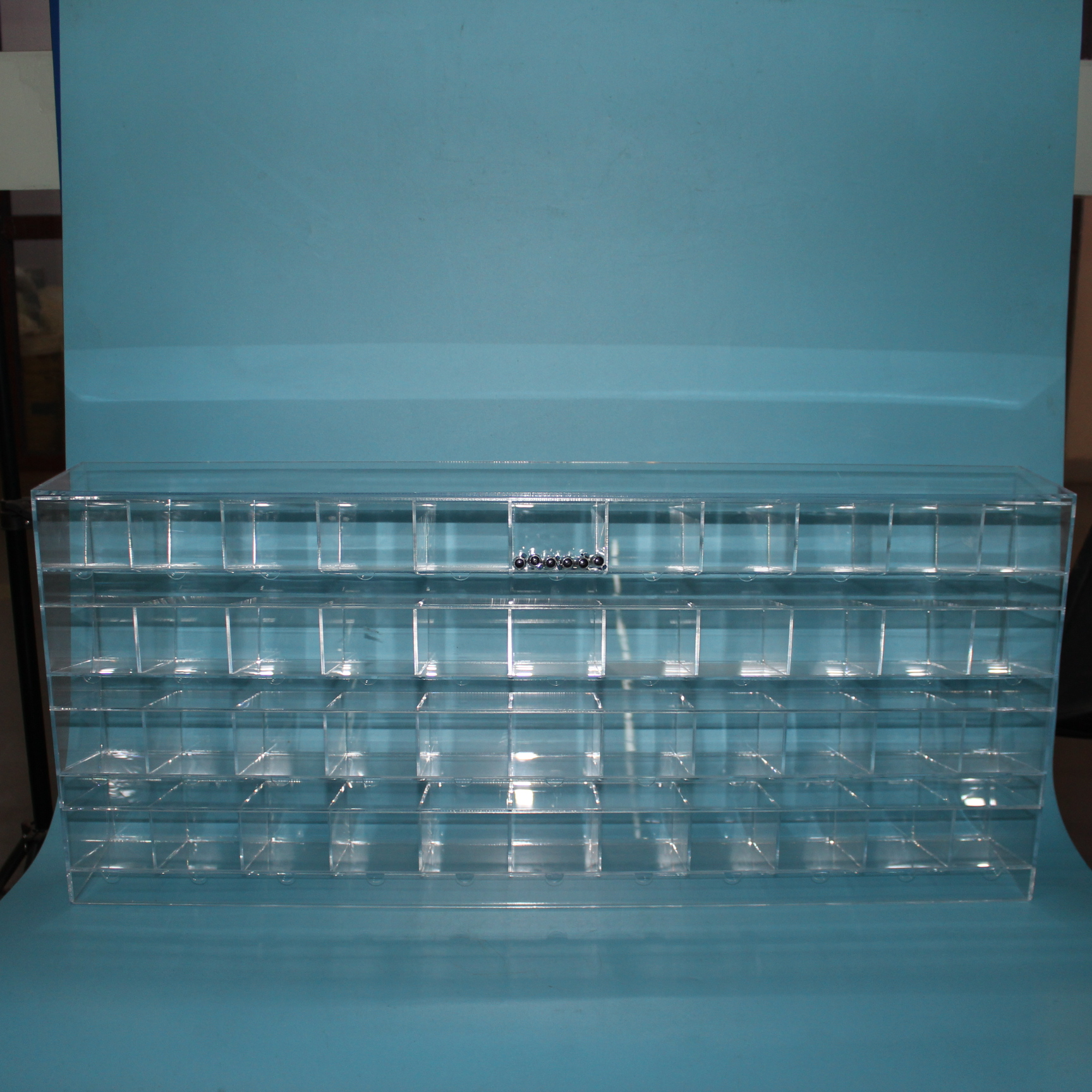 WeiHai Clear Acrylic Makeup Display Stand With Lights
