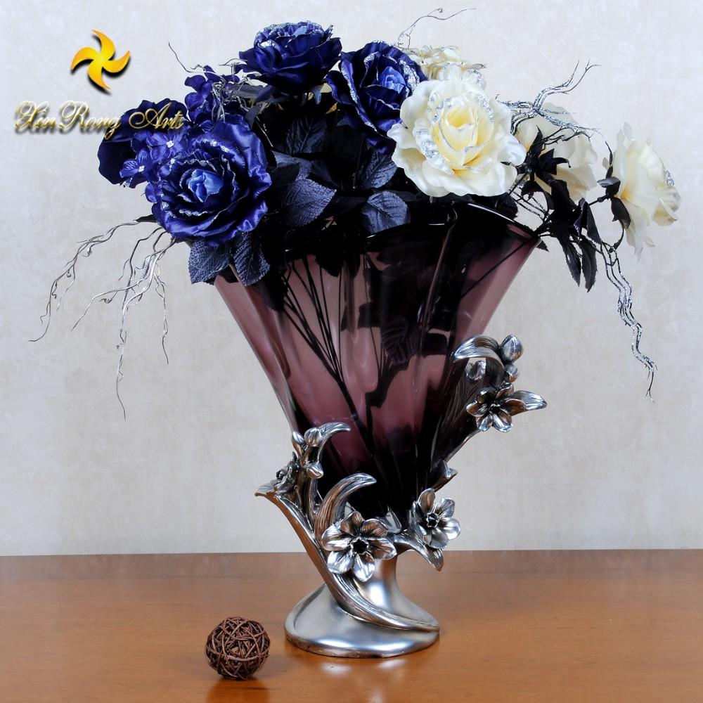 Серебряные вазы с цветами