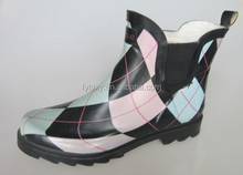 flat ankle rubber upper boots in china factory Classy girls rain shoes with grid print New cute designs rain boots