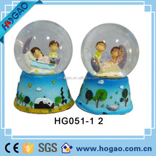 OEM customized souvenir resin couple figurine resin wedding favors snow globe,water globe,water dome