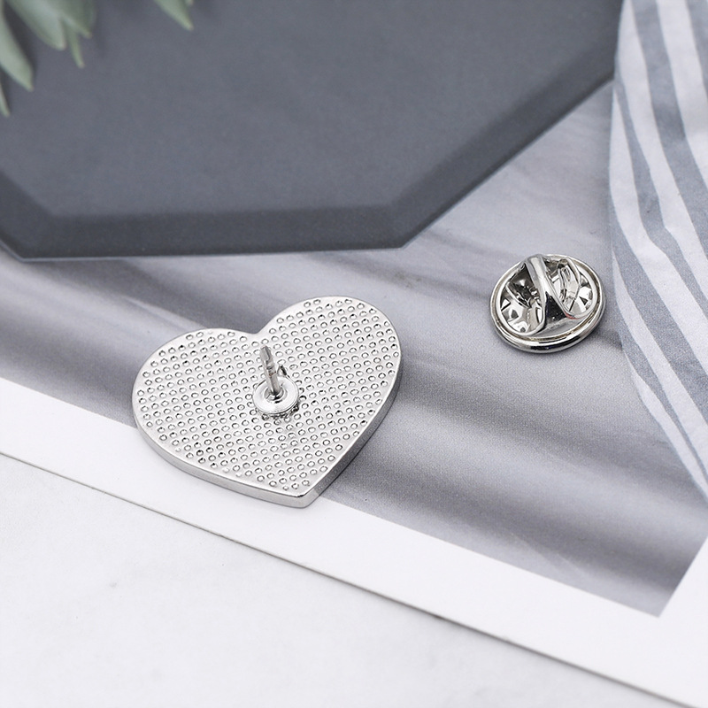 ZJ005 Trade Assurance New Design Fashion Enamel World Map Brooch Pin Love Heart Brooches Clothes Accessories