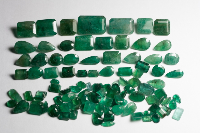 GEMSVILLAGE - 60,98 CARATS PRETTY NATURAL STONE OF GREEN EMERALD.