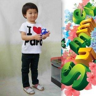 Влюбленная пара и футболка с короткими рукавами в интернет-магазине розничной торговли