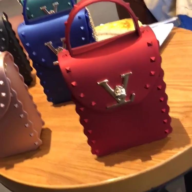 TS9127 आईएनएस गर्म बिक्री 2020 नई पहुंचे मैट लक्जरी डिजाइनर जेली हैंडबैग कीलक पीवीसी महिलाओं पर्स