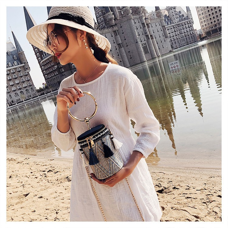 The 2020 new fashion women handbag with spike decoration circular shape small bag weaving crossbody shoulder bag