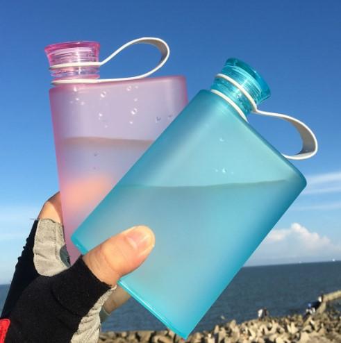 400ML BPA मुक्त पाले सेओढ़ लिया प्लास्टिक नोटबुक Leakproof फ्लैट पानी की बोतल