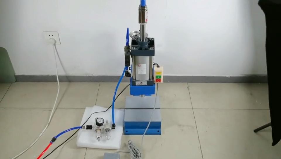 500Kg tipo de controlador doble botón punzonadora neumática diseño golpe de remachado Orbital máquina de sobremesa