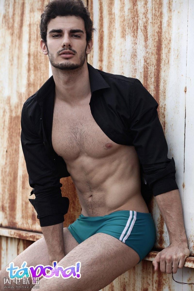 欧美性感男模撩衣服秀腹肌写真图片