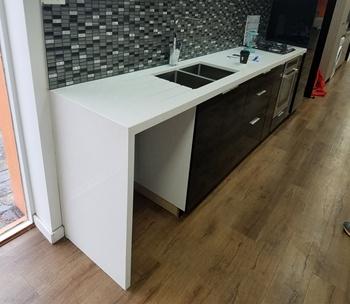 Scratching Resistant White Quartz Epoxy Resin Kitchen Countertop