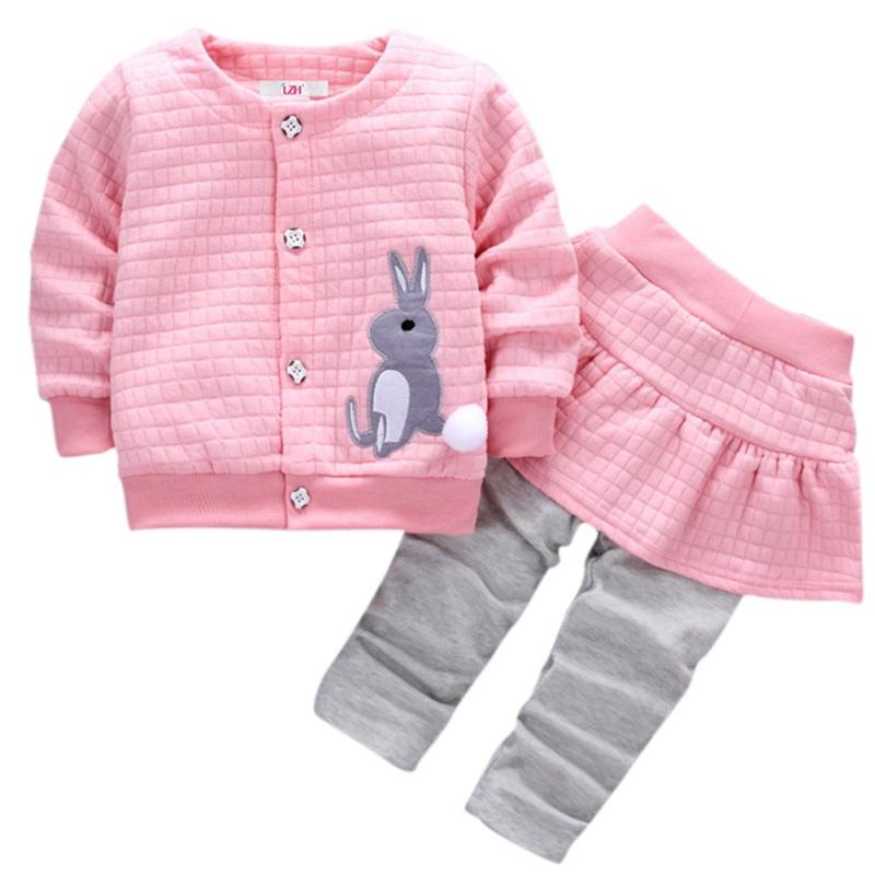 df4dca4532f Комплект одежды для маленьких девочек  Весенний Детский Повседневный  костюм  хлопковое пальто с рисунком кролика  топы и юбка  штаны  комплект  из 2 ...