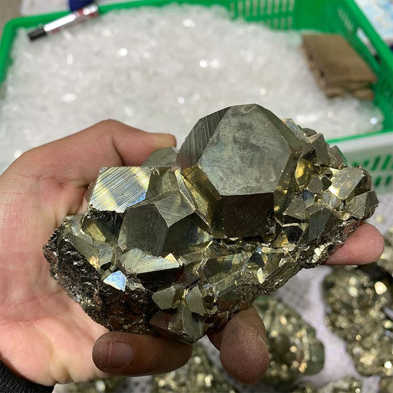 ряд пирит в зеленых камнях фото себе сборка