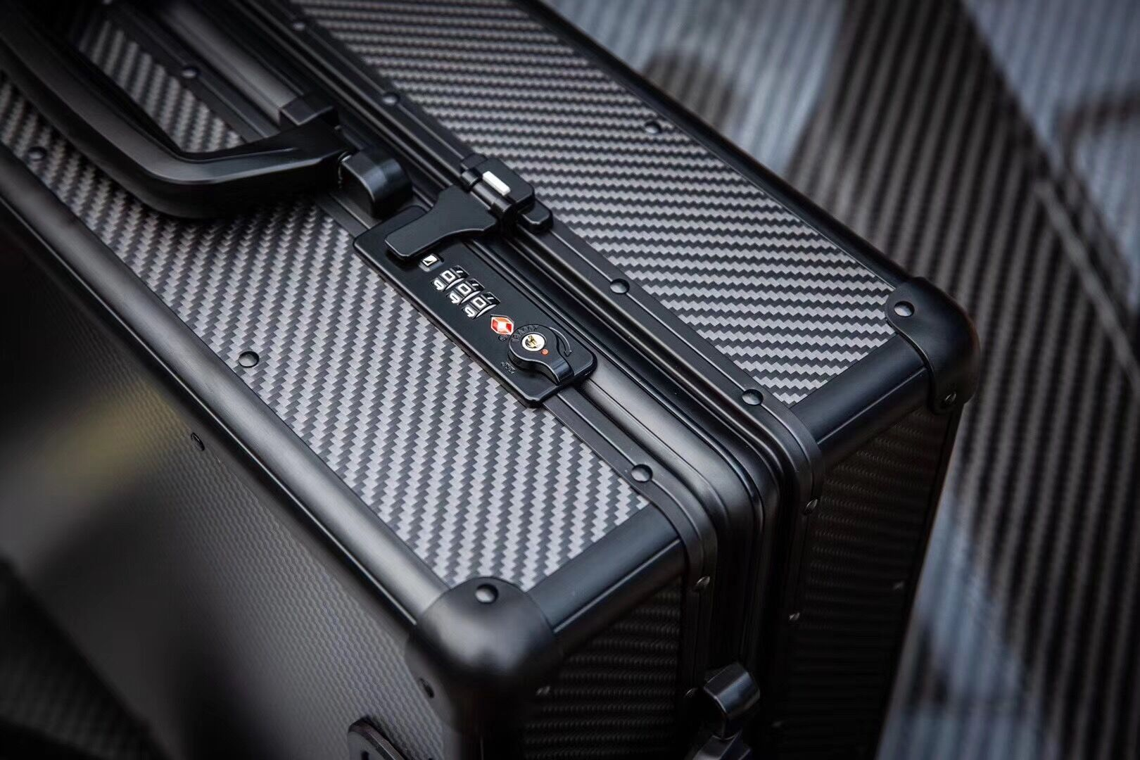 Factory Supply Carry-on Carbon Fiber Suitcase 3