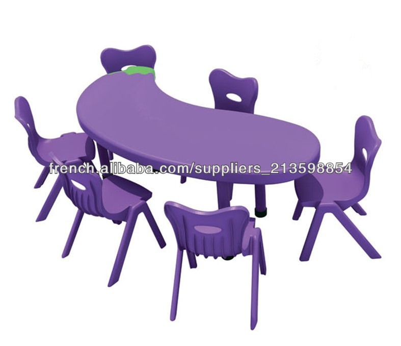installation d 39 tude de la garderie enfants des tables et des chaises en plastique tables d. Black Bedroom Furniture Sets. Home Design Ideas