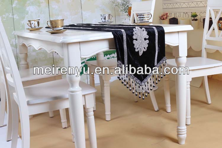 2015 new design luxury applique style tassel velvet table runner
