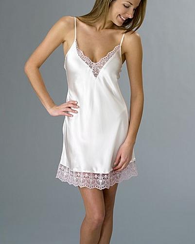 ec5d62b5a os pijamas de seda é de produtos de luxo e elegância. Camisola de seda  branca simples ...