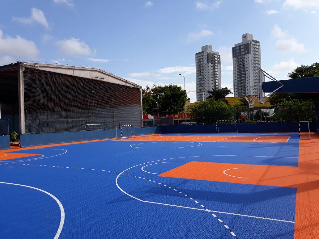 Fliese aus synthetischem Kautschuk, die einen Basketballplatz im Freien verbindet