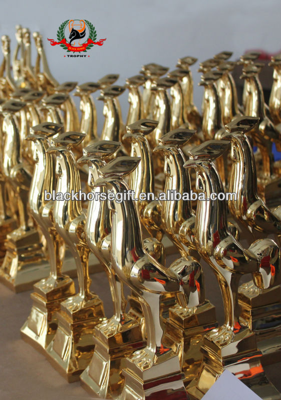 new design golden chicken trophy gold religion souvenir awards with wooden base