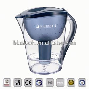 Electric water filter jug with activated carbon