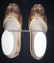 indian women bridal shoes juti