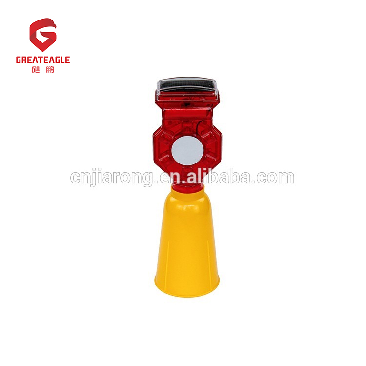 Long visibility distance solar traffic warning light