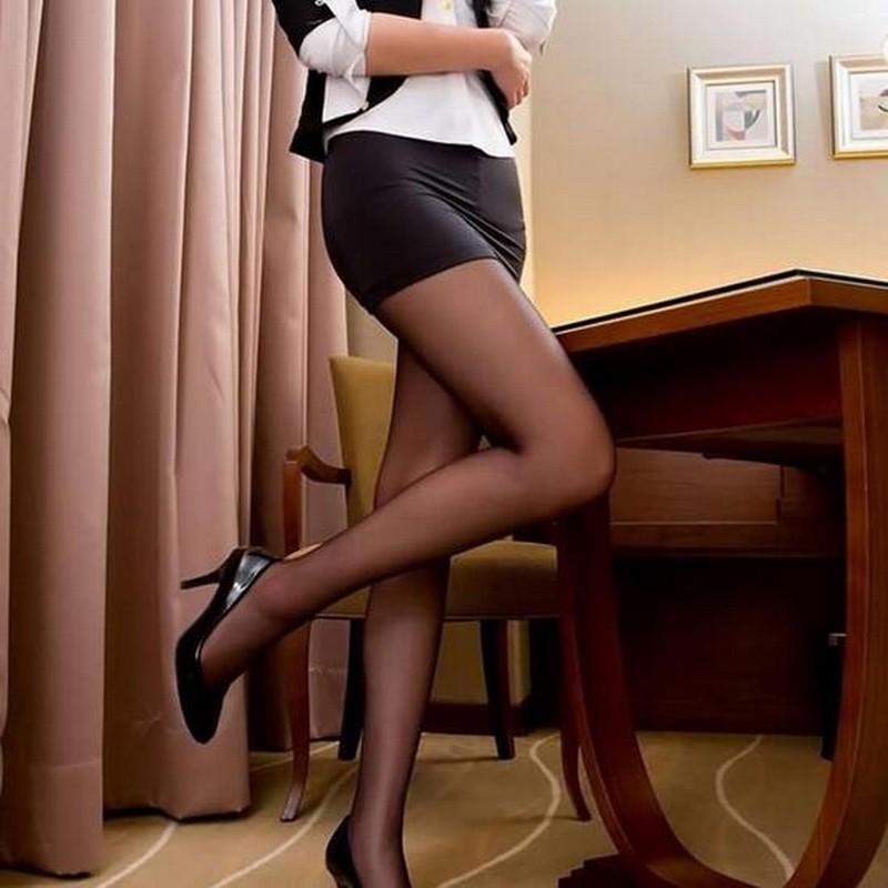 зачем стесняться красивые девушки в коротких юбках и черных чулках фото может