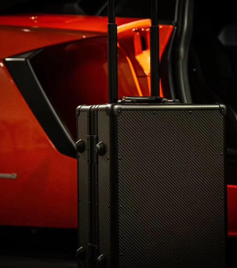 luxurious newest carbon fiber rolling case 3