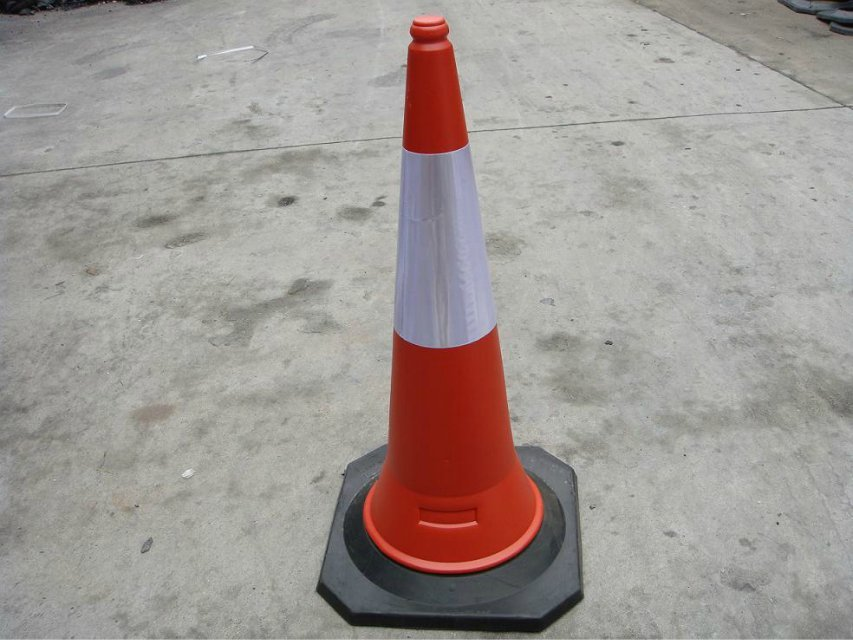high quality PE traffic cone 1M road safety cone with reflective tape used on the crossing of road ways