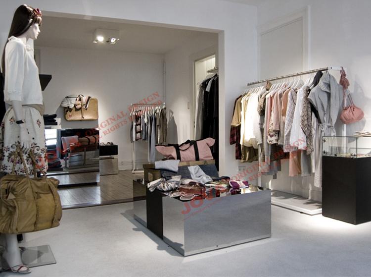 La Mujer Viste El Boutique Elegante Moderno, Tienda
