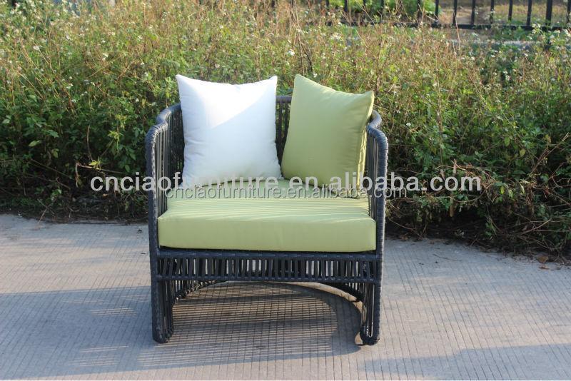 rustikaler Kaffeetisch Glas Tischplatte gelber Stuhl