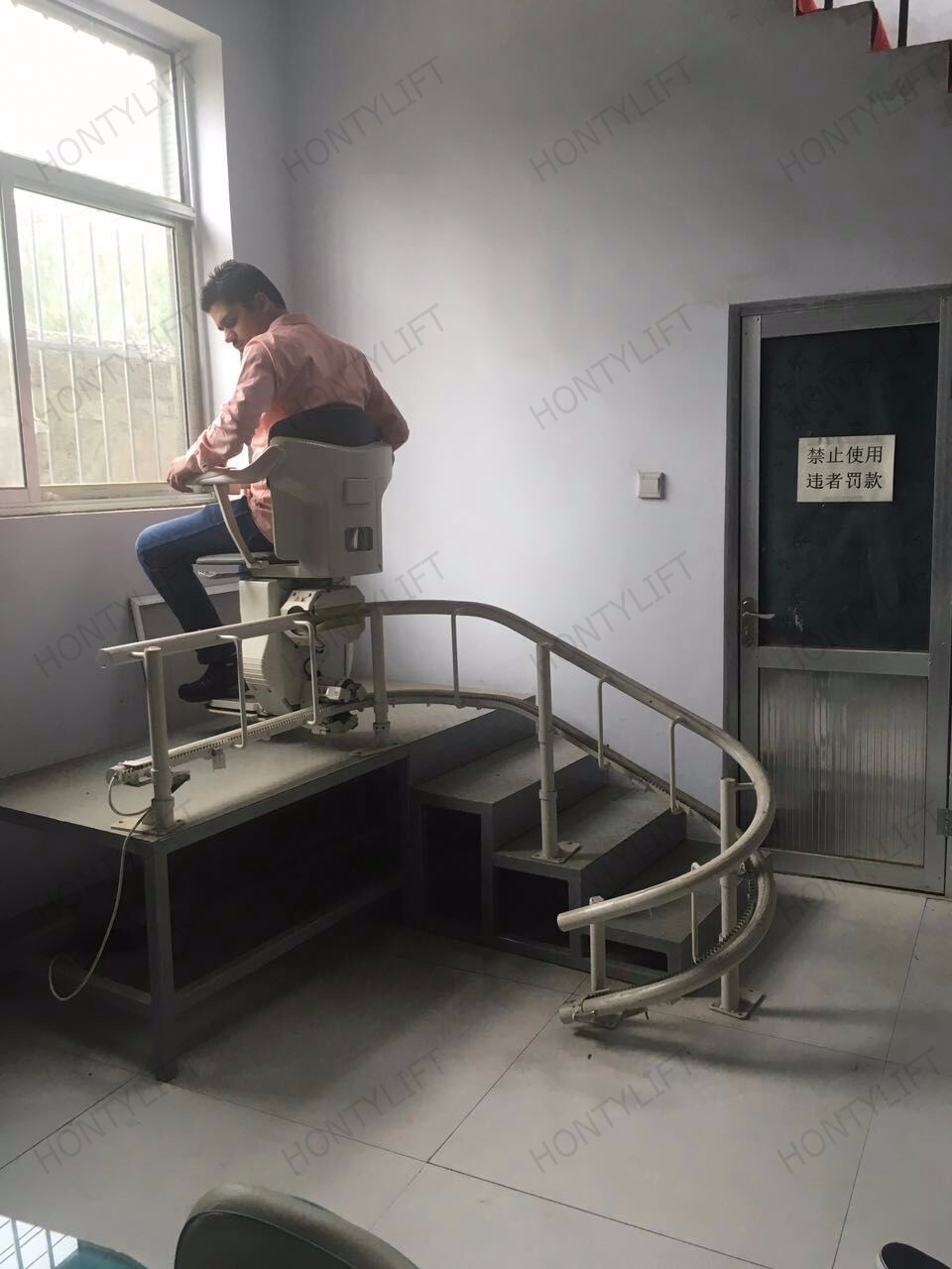 Ce china inclined electric standing up stairlift hydraulic for Motorized stair chair lift