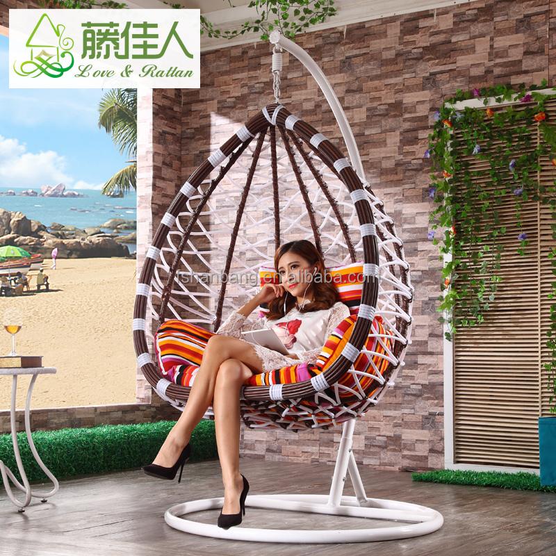 Patio al aire libre huevo oscilación silla de mimbre muebles césped ...