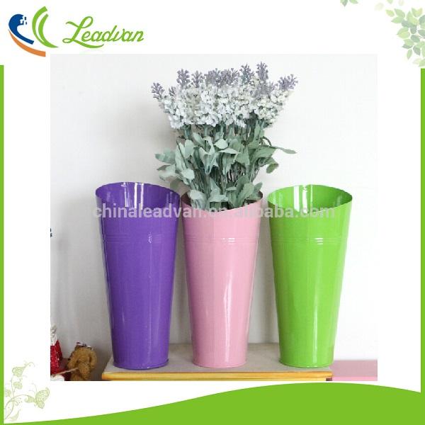 altos jarrones de metal para arreglos de flores