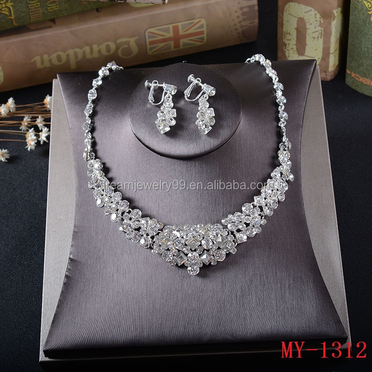 The bride has two sets of Korean Rhinestone Earrings necklace sets bridal accessories wedding accessoriess