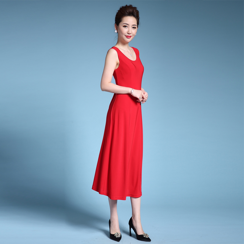 Formal traditional Chinese evening gowns are selling like hot cakes online